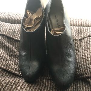 GORGEOUS Black Leather Matisse Booties.
